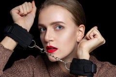 Kvinnahänder handfängslas fotografering för bildbyråer