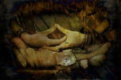 Kvinnahänder i mudraen för symbolisk gest för meditationgrungetex royaltyfri foto