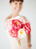 Kvinnahänder med buketten av blommor Fotografering för Bildbyråer