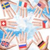 Kvinnahänder med landsflaggor Arkivfoton
