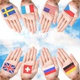 Kvinnahänder med landsflaggor Royaltyfri Foto