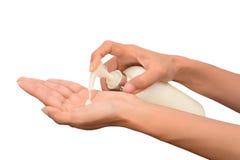 Kvinnahänder med lotion Arkivbild