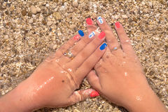 Kvinnahänder med sommardesign spikar Royaltyfria Bilder