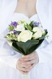Kvinnahänder och bukett av blommor royaltyfri foto