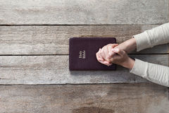 Kvinnahänder på bibeln Arkivfoton