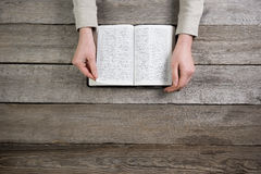 Kvinnahänder på bibeln hon läser och ber Fotografering för Bildbyråer