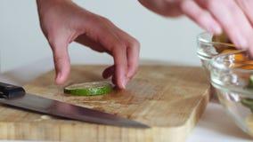 Kvinnahänder sätter limefruktpyramiden i den glass plattan Healthly begrepp stock video