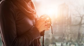 Kvinnahänder som ber med ro royaltyfria bilder
