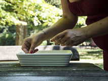 Kvinnahänder som förbereder mat Royaltyfria Bilder