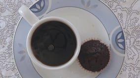 Kvinnahänder som häller socker på kaffekoppen stock video