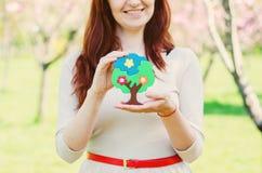 Kvinnahänder som skyddar ett träd Fotografering för Bildbyråer