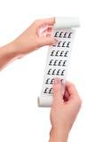 Kvinnahåll i henne handrulle av papper med utskrivaven kvittoåtlöje royaltyfria bilder