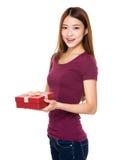 Kvinnahåll med gåvaasken Arkivfoton