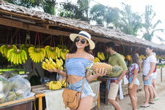 Kvinnahållbananer och ananas på traditionell marknad för gata, ung man och kvinnahandelsresande Royaltyfri Bild