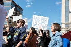 Kvinnahålltecken på mars för kvinna` s Royaltyfria Foton