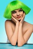 Kvinnahår With Funky Green för skönhetmodemodell frisyr och arkivbilder