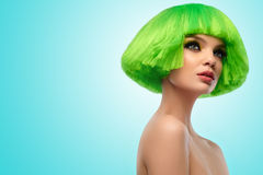 Kvinnahår sexig stående för makeup för ferie för skönhetmodeflicka Hårsnitt Härlig brunettflicka med frisyren och smink som isole royaltyfria bilder