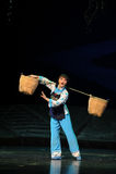 Kvinnahackan en korgJiangxi opera en besman Royaltyfria Foton