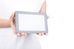 Kvinnahand genom att använda en apparat för touchskärm. Arkivfoto