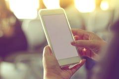 Kvinnahand genom att använda en smart telefon Fotografering för Bildbyråer