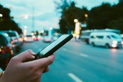 Kvinnahand genom att använda smartphonen royaltyfria bilder