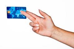 Kvinnahand med kreditkorten Arkivfoto