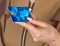 Kvinnahand med kreditkorten Royaltyfria Bilder