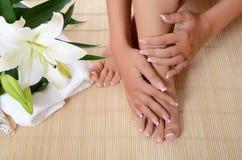 Kvinnahand och fot med manicuren Arkivbilder