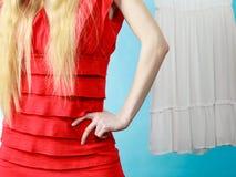 Kvinnahand på höften som bär den röda klänningen Arkivbild