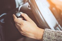 Kvinnahand som kontrollerar pinnen för kontroll för torkare för bilregnvindruta Royaltyfria Foton