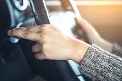 Kvinnahand som kontrollerar pinnen för kontroll för torkare för bilregnvindruta Royaltyfria Bilder