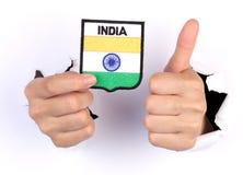 Kvinnahand som rymmer den Indien flaggan Royaltyfria Bilder