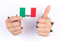 Kvinnahand som rymmer den Italien flaggan Royaltyfria Bilder