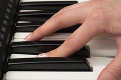 Kvinnahand som spelar ett slut för synt för MIDI kontrollanttangentbord upp Fotografering för Bildbyråer
