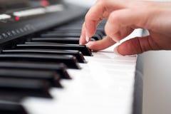 Kvinnahand som spelar ett slut för synt för MIDI kontrollanttangentbord upp Arkivfoto