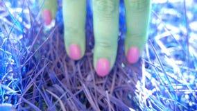 Kvinnahand som trycker på grönt gräs Musikvideo, ultrarapid stock video