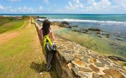 Kvinnahandelsresande i ön Royaltyfri Foto