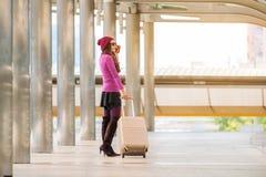 Kvinnahandelsresande i flygplatsgångbana för dublin för bilstadsbegrepp litet lopp översikt Royaltyfria Foton