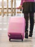 Kvinnahandelsresande i flygplatsgångbana för dublin för bilstadsbegrepp litet lopp översikt Arkivbild