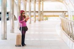 Kvinnahandelsresande i flygplatsgångbana för dublin för bilstadsbegrepp litet lopp översikt Arkivfoto