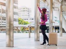 Kvinnahandelsresande i flygplatsgångbana för dublin för bilstadsbegrepp litet lopp översikt Arkivbilder