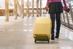 Kvinnahandelsresande i flygplatsgångbana för dublin för bilstadsbegrepp litet lopp översikt Royaltyfria Bilder