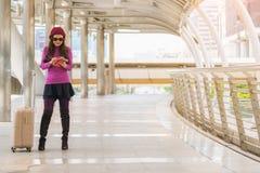 Kvinnahandelsresande i flygplatsgångbana för dublin för bilstadsbegrepp litet lopp översikt Arkivfoton