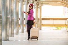 Kvinnahandelsresande i flygplatsgångbana för dublin för bilstadsbegrepp litet lopp översikt Royaltyfri Fotografi