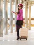 Kvinnahandelsresande i flygplatsgångbana för dublin för bilstadsbegrepp litet lopp översikt Fotografering för Bildbyråer