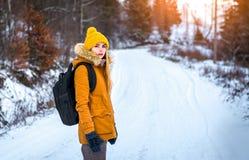 Kvinnahandelsresande i vinter Royaltyfria Foton