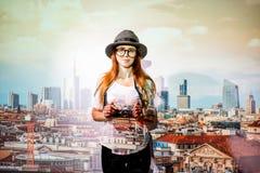 Kvinnahandelsresande på den Milan stadsbakgrunden arkivbild