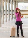 Kvinnahandelsresande som använder smartphonen för dublin för bilstadsbegrepp litet lopp översikt Royaltyfri Foto