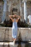 Kvinnahandelsresande som tycker om sikt av den forntida staden av Sagalassps royaltyfria bilder