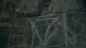 Kvinnahandelsresanden går till den gotiska tornberså som trycker på forntida stenväggar lager videofilmer